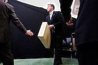 Nederland. Den Haag, 18 september 2007.<br /> Prinsjesdag. Minister Bos voor de eerste maal met het koffertje op weg naar live televisie uitzending in de oude vergaderzaal,<br /> Foto Martijn Beekman <br /> NIET VOOR TROUW, AD, TELEGRAAF, NRC EN HET PAROOL