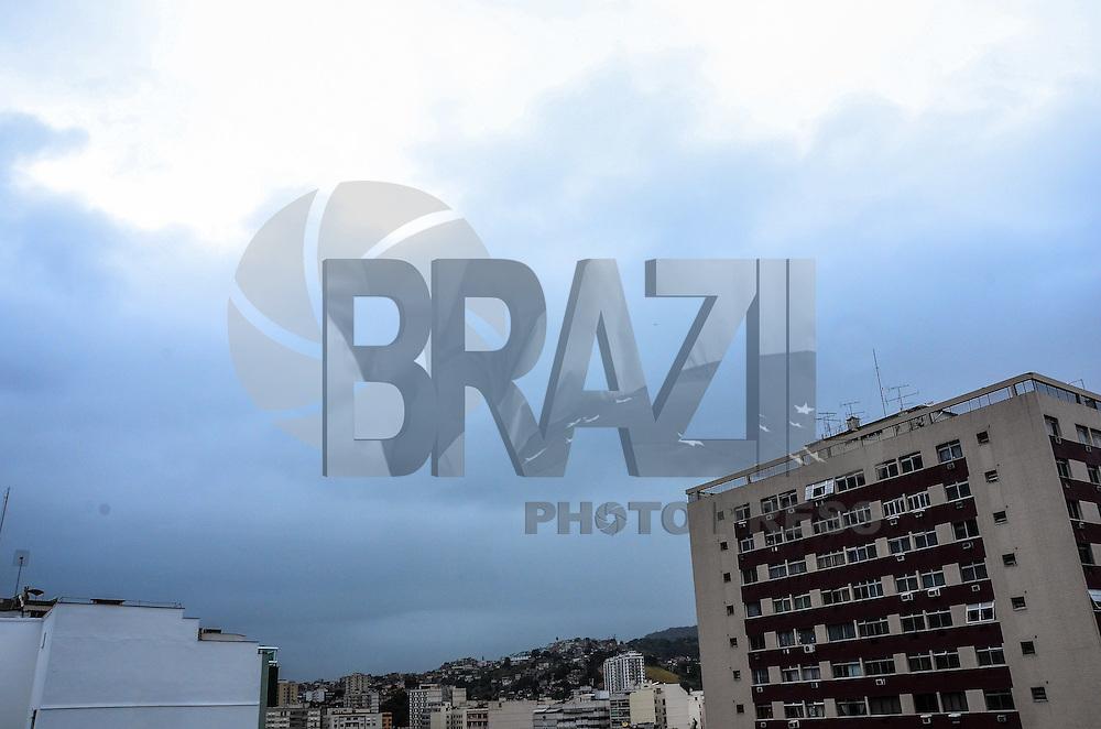 ATENÇÃO EDITOR: FOTO EMBARGADA PARA VEÍCULOS INTERNACIONAIS - RIO DE JANEIRO, RJ, 04 SETEMBRO 2012 - CLIMA TEMPO NA CAPITAL FLUMINENSE - O dia amanhace com tempo encoberto de nuvens, e com previsao de chuva, na Tijuca, zona norte do Rio de Janeiro.(FOTO:MARCELO FONSECA-BRAZIL PHOTO PRESS).