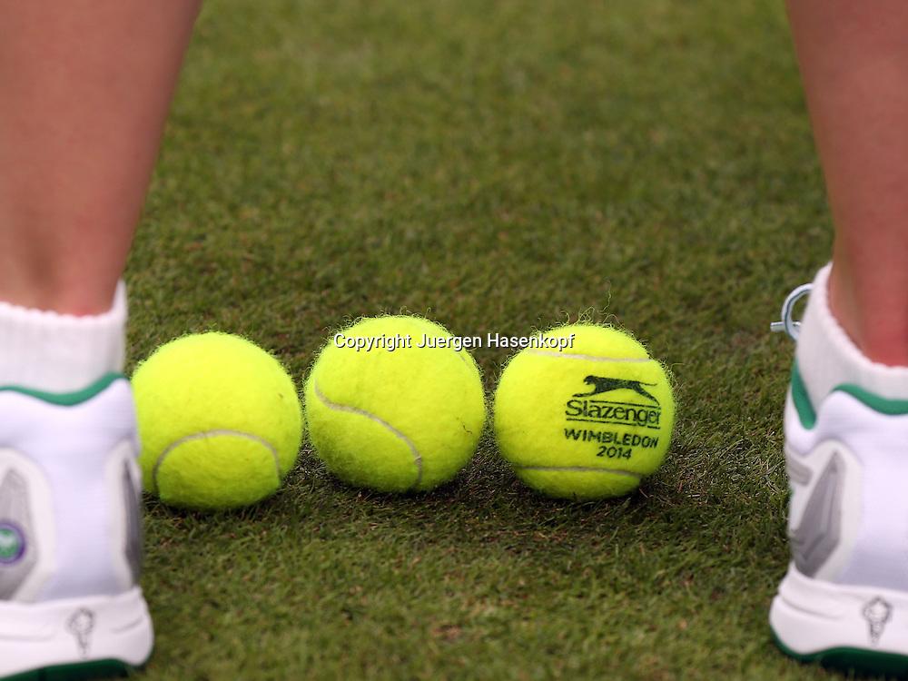 Wimbledon Championships 2014, AELTC,London,<br /> ITF Grand Slam Tennis Tournament,drei neue Baelle liegen auf dem Rasen zwischen den Fuessen eines Balljungen,Wimbledon 2014 Logo, Querformat,<br /> Detail, Nahaufnahme,Feature