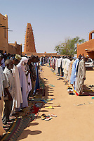 Niger. Agadez (Agades). Porte du desert. La Grande mosquee, architecture de terre. 16e siecle. Priere du vendredi. // Niger. Agadez. Door of the desert. The Great Mosque build of mud, 16 century. Friday prayer