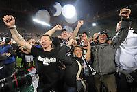 FUSSBALL INTERNATIONAL  SERIE A  SAISON  2011/2012  37.Spieltag  Cagliari Calcio - Juventus Turin  06.05.2012 Simone Pepe (4er von links) jubelt nach dem Spiel mit den Fans ueber den Sieg