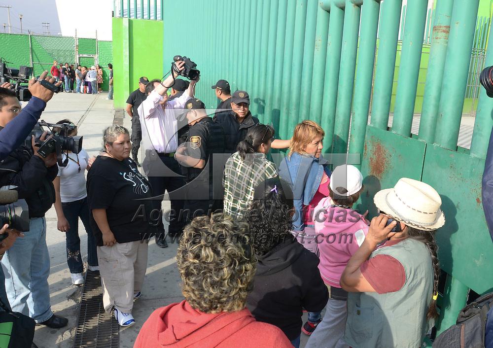 Nezahualcoyotl, México.- Elementos de la SSC resguardan el Penal de Neza Bordo, después de haberse registrado una riña al interior del centro de readaptación, algunos familiares llegaron a las puertas del lugar para ver a sus internos.  Agencia MVT / Juan García