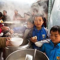 GAOBEIDIAN, 7.NOV. 2014 :  Kinder von Mitgliedern (?) der Farm des Rechten Weges warten auf ihr Mittagessen in der Kantine.