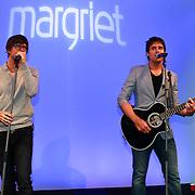 NLD/Hoofddorp/20110616 - Nick en Simon gastredacteuren damesblad Margriet,