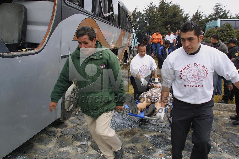 Ocoyoacac, M&eacute;x.- Una mujer de edad avanzada perdio la vida y al menos 12 personas resultaron lesionadas en el km. 36 de la carretera Mexico Toluca cuando un autobus de pasajeros con destino a Naucalpan se impacto en la parte posterior de un vehiculo que abanderaba una peregrinacion para posteriormente quedar volcado, los heridos fueron trasladados a hospitales de Toluca y el D.F. Agencia MVT / Mario V&aacute;zquez de la Torre. (DIGITAL)<br /> <br /> NO ARCHIVAR - NO ARCHIVE