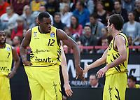 Basketball  1. Bundesliga  2017/2018  Hauptrunde  16. Spieltag  30.12.2017 Walter Tigers Tuebingen - MHP RIESEN Ludwigsburg Javon McCrea (li, Tigers) klatscht Jared Jordan (re, Tigers) ab