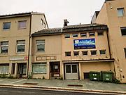 Moské og Arbeiderpartiet hånd i hånd. Hammerfest Islamske Senter (Al Hidaya Islamic Center) er en moské i Hammerfest i Finnmark. Moskéen er den største i Nord-Norge. <br /> Bygningen var tidligere kjent som Folkets Hus. Den har vært eid av arbeiderbevegelsen siden den ble bygget på 1950-tallet, og har blant annet blitt leid ut til selskap og fest. Våren 2014 kjøpte Hammerfest Muslimske Senter bygget for 600 000 kroner. Lokalene ble pusset opp for 1,4 millioner kroner og moskéen åpnet september 2014. <br /> Det er også opprettet en muslimsk gravplass i et avgrenset hjørne av Fjordadalen gravlund ved Rypefjord i Hammerfest. (Wiki) Moskeen er for øvrig omtrent samlokalisert med Arbeiderpartiet i Hammerfest, og den ligger mellom to kirker. Det finnes for øvrig også et AL Hidaya Kultursenter i Svolvær, Storgata 47, 8300 Svolvær