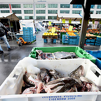 Nederland, Amsterdam , 20 oktober 2010..De viskraam tijdens de markt  op Plein 40-45.A fish stall at the food market on Plein 40-45 in Amsterdam.