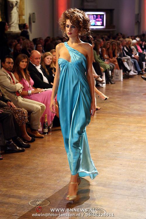 NLD/Amsterdam/20070917 - Modeshow najaar 2007 Percy Irausguin, model op de catwalk, mannequin