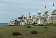 Mongolia. monastery Karakorum  Erden Zuu      /  Muraille de stupas et porte Est de ERDENI ZUU (XVIème siècle)./  Le mur d'enceinte du monastère, de forme rectangulaire, comprend 25 stupas de chaque côté, plus 2 stupas à chaque angle, hors de la muraille. Au centre, une porte monumentale de style chinois, réhaussée d'un pavillon donne accès au monastère. Tout en briques, ce rempart dans sa version actuelle, date de 1804. (QARAQORIN /  /28    L920728a  /  P0002633
