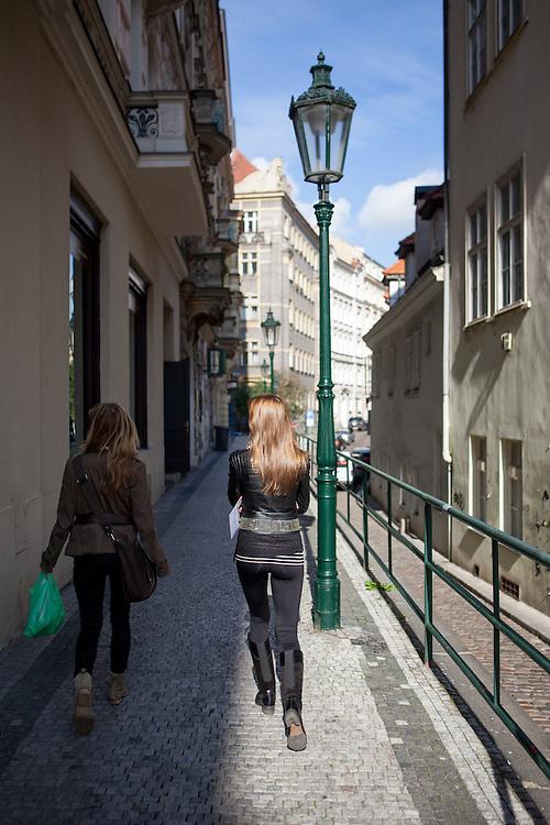 """Zwei Damen in der Kozi Strasse in Richtung """"U Milosrdnych"""" in der Prager Josefstadt."""