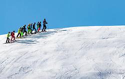 THEMENBILD - eine Skikurs Gruppe auf der Piste aufgenommen am 28. März 2017, Zwölferkogel, Saalbach Hinterglemm, Österreich // a skischool group on the slope at the, Zwoelferkogel, Saalbach Hinterglemm, Austria on 2017/04/10. EXPA Pictures © 2017, PhotoCredit: EXPA/ JFK