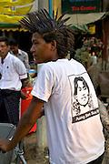 Élections du 1 avril 2012 au Myanmar (Birmanie). Un jeun porte un t-shirt à l'effigie d'Aung San Suu Kyi.