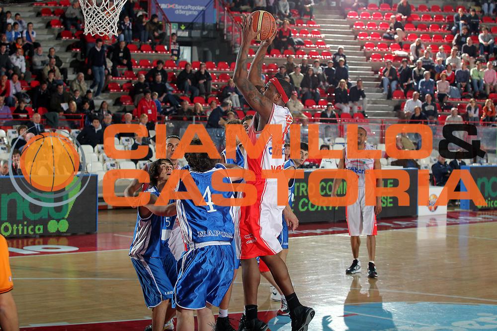 DESCRIZIONE : Varese Lega A 2009-10 Cimberio Varese Nuova AMG Sebastiani<br /> GIOCATORE : Ronald Slay<br /> SQUADRA : Cimberio Varese<br /> EVENTO : Campionato Lega A 2009-2010 <br /> GARA : Cimberio Varese Nuova AMG Sebastiani<br /> DATA : 11/04/2010<br /> CATEGORIA : Tiro<br /> SPORT : Pallacanestro <br /> AUTORE : Agenzia Ciamillo-Castoria/G.Cottini<br /> Galleria : Lega Basket A 2009-2010 <br /> Fotonotizia : Varese Campionato Italiano Lega A 2009-2010 Cimberio Varese Nuova AMG Sebastiani<br /> Predefinita :