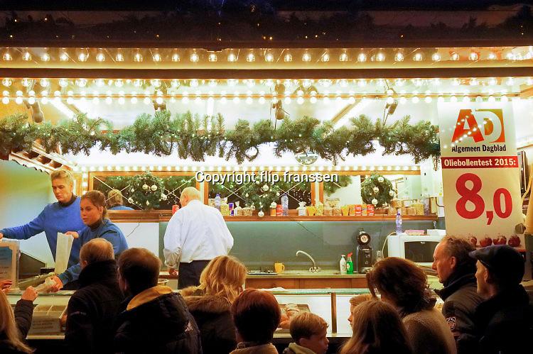 Nederland, Den Bosch, 16-12-2016In de donkere dagen voor kerstmis hebben veel steden hun centrum in kerstsfeer opgetuigd. Hier in Den Bosch is op de parade een kerstmarkt met een grote boom, kerstboom, wensboom van de KRO-NCRV en Joris Linssen .. Ook is er een kleine kermis en oliebollkenkraamFoto: Flip Franssen