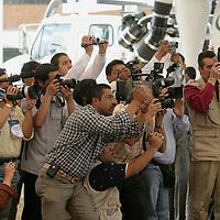 """Valle de Bravo, Mex.- Fotografos durante la ceremonia donde Enrique Peña Nieto, gobernador del Estado de México, entregó la segunda etapa del saneamiento integral de la presa """"Miguel Alemán"""" en Valle de Bravo. Agencia MVT / Mario Vazquez de la Torre. (DIGITAL)<br /> <br /> <br /> <br /> NO ARCHIVAR - NO ARCHIVE"""