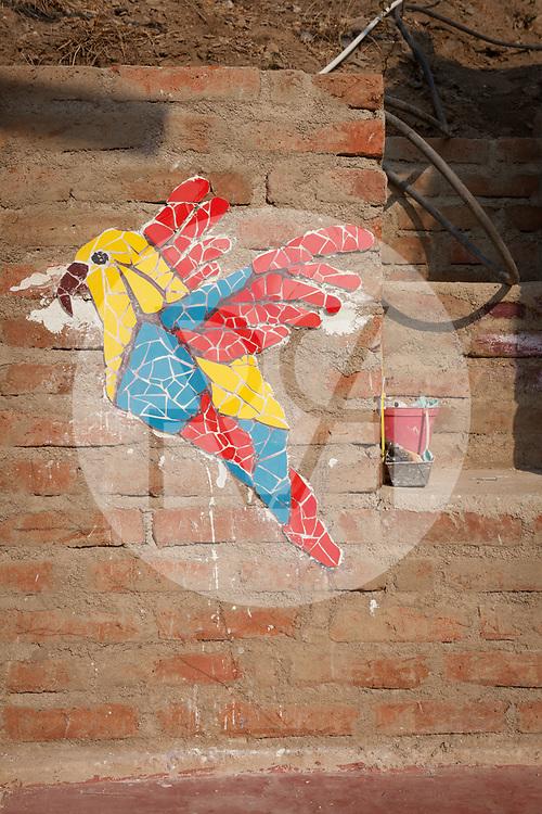 KOLUMBIEN - TAGANGA - Mosaik eines Vogels auf der Baustelle von Hostel Casa Horizonte - 31. März 2014 © Raphael Hünerfauth - http://huenerfauth.ch