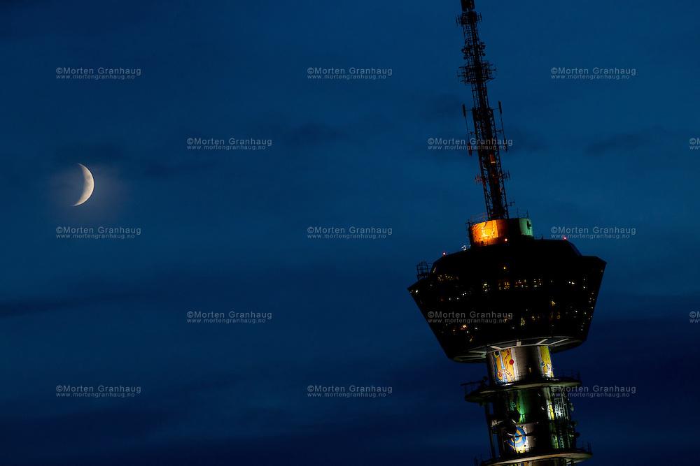 Måne over Tyholttårnet, 29. november 2011.