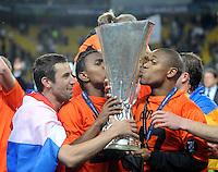 FUSSBALL     UEFA CUP  FINALE  SAISON 2008/2009 Shakhtar Donetsk - SV Werder Bremen 20.05.2009  Darijo Srna (links), Willian (Mitte) und Luiz Adriano (rechts alle Shakhtar)   jubeln mit dem UEFA Pokal