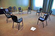 Nederland, Epen, 23-4-2016Prive afkick kliniek U center in de heuvels van Limburg. De kliniek werkt samen met het academisch ziekenhuis van de universiteit in Maastricht en is gevestigd in een voormalig hotel. Op de foto de ruimte waar groepsgesprekken gehouden worden.Foto: Flip Franssen