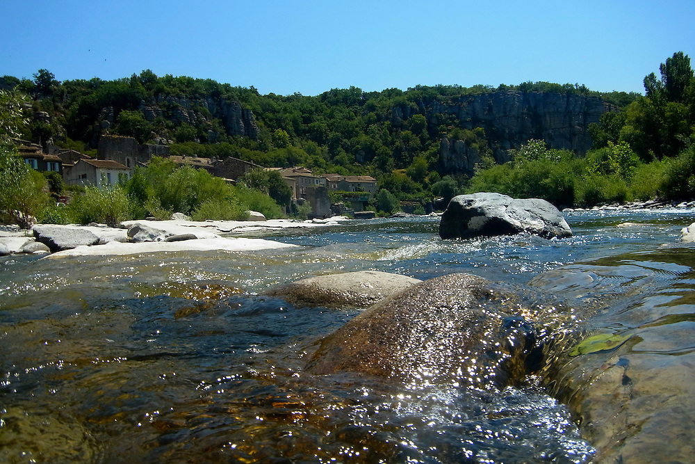 EN&gt; The Ardeche river in France approaching the old town of Vog&uuml;&eacute; |<br /> SP&gt; El r&iacute;o Ardeche en Francia a su paso por el pueblo de Vog&uuml;&eacute;.