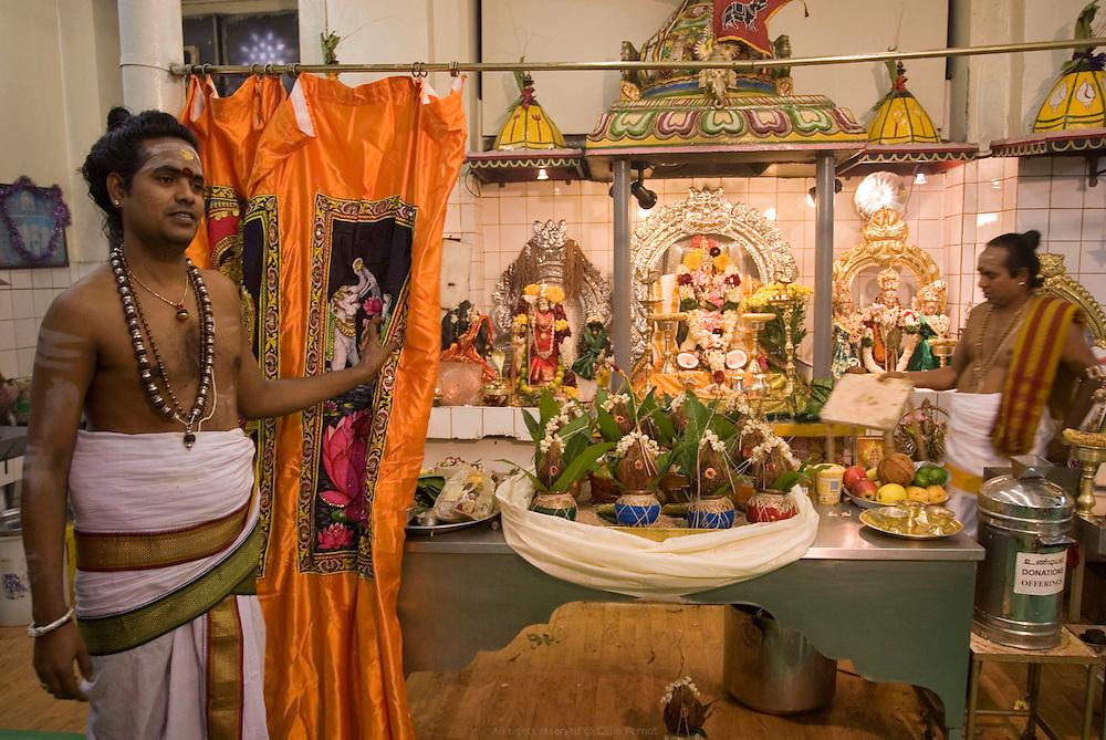 C&eacute;r&eacute;monie Puja au Temple Sri Manicka Vinayakar Alayam d&eacute;di&eacute; &agrave; Ganesh, le Dieu &agrave; t&ecirc;te d&rsquo;&eacute;l&eacute;phant. Les pr&ecirc;tres, brahmanes du sud de l'Inde, r&eacute;citent des mantras en sanscrit, versent des offrandes de fleurs, de fruits, de lait et de miel sur les statuts des Dieux pr&eacute;sentes dans le temple puis, les purifient par le feu.<br /> <br /> Puja ceremony at Sri Manicka Vinayakar Alayam Temple, dedicated to Ganesh, the god with an elephant head.