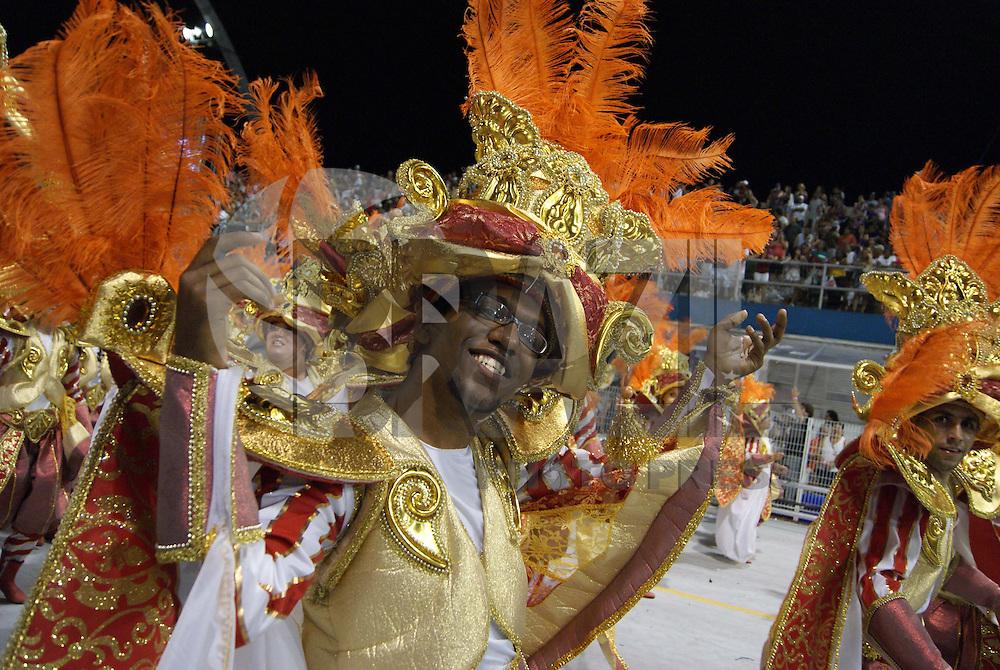 SÃO PAULO, SP, 13 DE FEVEREIRO DE 2010 - CARNAVAL 2010 SP / X-9 PAULISTANA - Desfile das escolas de samba de São Paulo do grupo especial, a quarta escola entrar na avenida no segundo dia de desfiles é a X-9 Paulistana que traz no enredo Do além-mar, a Herança Lusitana nos une... Ora, pois! A X-9 é portuguesa com certeza. No Sambódromo do Anhembi na região norte da capital paulista. FOTO: VANESSA CARVALHO / BRAZIL PHOTO PRESS