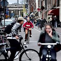 Nederland, Amsterdam , 16 april 2015.<br /> Verkeersdrukte op de Haarlemmerdijk veroorzaakt door fietsers geparkeerde vrachtauto's en andere weggebruikers.<br /> Foto:Jean-Pierre Jans