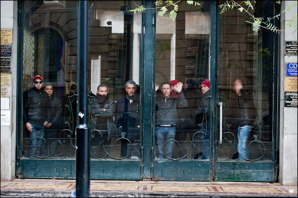 Les manifestants affrontent les forces de Police avenue de France // Des affrontements entre la police et les manifestants ont éclaté dans le centre de Tunis, notamment avenue Habib Bourguiba, faisant (selon Associated Press) 3 morts (prétendument par balle) et 12 blessés parmi les manifestants, Tunis le 26 février 2011.
