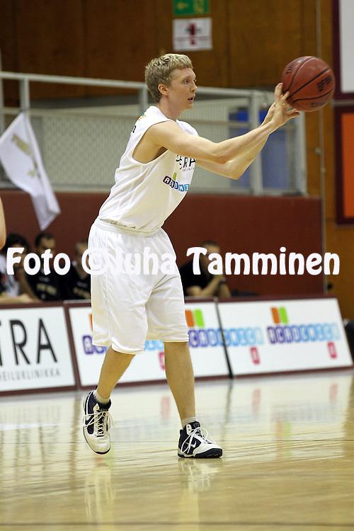 2.11.2011, Tln Kisahalli, Helsinki..Korisliiga 2011-12, Torpan Pojat - Salon Vilpas..Jarkko Kyllnen - ToPo.