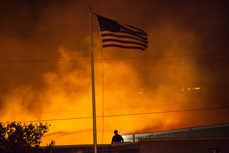 A commercial building burns after being ignited by the Sleepy Hollow fire in Wenatchee, Washington June 29, 2015.  Emergency officials ordered hundreds of people to leave their homes in central Washington state as a fast-moving wildfire destroyed at least nine properties and threatened businesses on Sunday. Many took refuge in shelters as the blaze ripped across 1,700 acres near the cities of Cashmere and Wenatchee in Chelan County, about 120 miles (200km) east of Seattle.  REUTERS/David Ryder