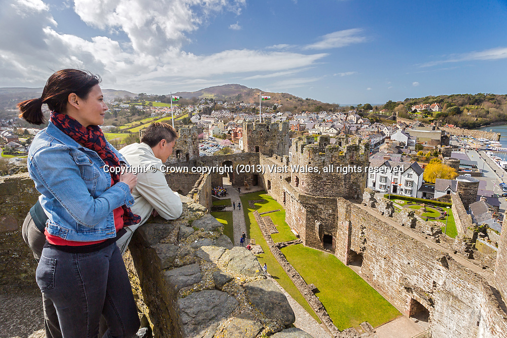 Couple visiting the castle<br /> Conwy Castle<br /> Cadw Sites<br /> World Heritage Sites<br /> SAMN: CN004<br /> NGR: SH783774<br /> Conwy<br /> North<br /> Castles<br /> Medieval<br /> Defence<br /> Historic Sites