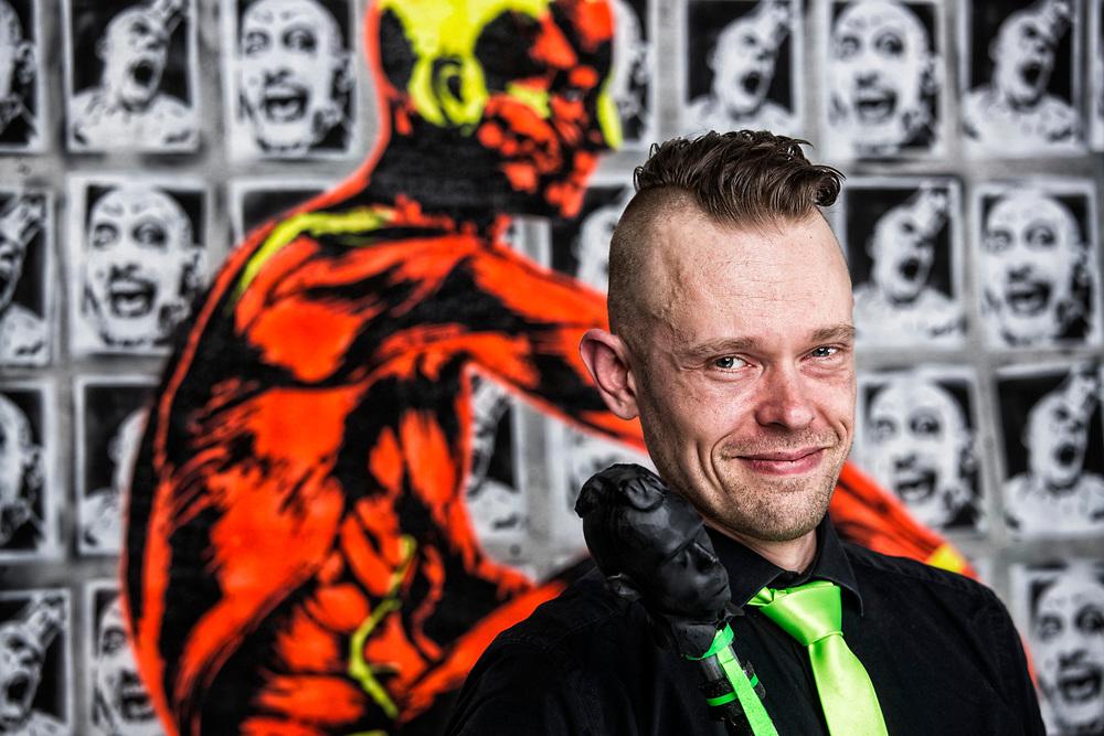 Aschaffenburg | Deutschland | 07.04.2018: Der K&uuml;nstler Lucas Kraus in den R&auml;umen der Gallerie Nelly 5 in Aschaffenburg im Rahmen seiner Ausstellung &quot;Circus of Values&quot;<br /> <br /> <br /> hier: <br /> <br /> Sascha Rheker<br /> 20180407<br /> <br /> [Inhaltsveraendernde Manipulation des Fotos nur nach ausdruecklicher Genehmigung des Fotografen. Vereinbarungen ueber Abtretung von Persoenlichkeitsrechten/Model Release der abgebildeten Person/Personen liegt/liegen nicht vor.]