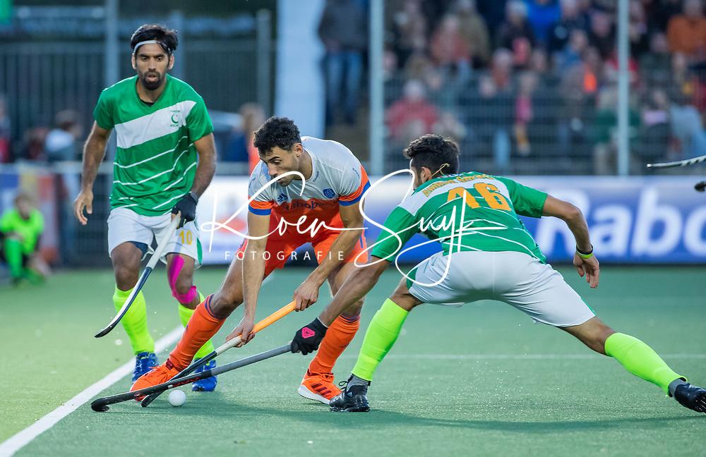 AMSTELVEEN - Glenn Schuurman (Ned) met Ammad Butt (Pak)  en Ali Shan (Pak)   tijdens  de tweede  Olympische kwalificatiewedstrijd hockey mannen ,  Nederland-Pakistan (6-1). Oranje plaatst zich voor de Olympische Spelen 2020.   COPYRIGHT KOEN SUYK