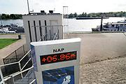 Nederland, the netherlands, Lobith, 13-10-2018 Het officiele waterpeilmeetstation bij Tolkamer waar de rijn ons land binnenkomt. De stand staat op 6,86 meter . Lager als de door dit station laagst gemeten stand in 1991. De hoogste stand was in 1925 met 16,93 meter . De rivierbodem ligt op 5,20 meter en de gemiddelde jaarhoogte is 9.81 meter. Cijfers Rijkswaterstaat. Foto: Flip Franssen