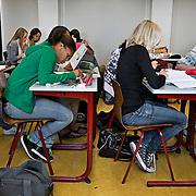 Nederland Rotterdam 23-09-2009 20090923 Serie over onderwijs, het Libanon Lyceum Kralingen,  openbare scholengemeenschap voor mavo, havo en vwo.   Leerlinge maken klassikaal oefeningen, klassikaal werken.                                                     .Foto: David Rozing