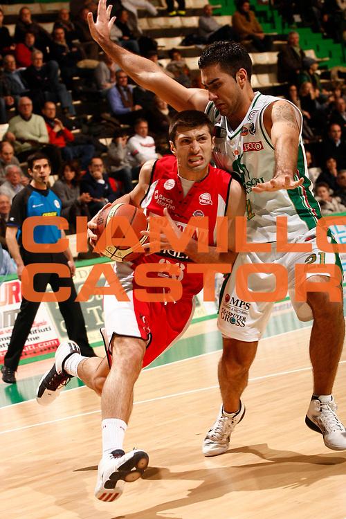DESCRIZIONE : Siena Lega A 2010-11 Montepaschi Siena Scavolini Siviglia Pesaro<br /> GIOCATORE : Daniele Cinciarini<br /> SQUADRA : Scavolini Siviglia Pesaro<br /> EVENTO : Campionato Lega A 2010-2011<br /> GARA : Montepaschi Siena Scavolini Siviglia Pesaro<br /> DATA : 19/12/2010<br /> CATEGORIA : palleggio<br /> SPORT : Pallacanestro<br /> AUTORE : Agenzia Ciamillo-Castoria/P. Lazzeroni<br /> Galleria : Lega Basket A 2010-2011<br /> Fotonotizia : Siena Lega A 2010-11 Montepaschi Siena Scavolini Siviglia Pesaro<br /> Predefinita :