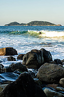 Surf na Praia do Morro das Pedras e Ilha do Campeche ao fundo. Florianópolis, Santa Catarina, Brasil. / Surfing at Morro das Pedras Beach and Campeche Island in the background. Florianopolis, Santa Catarina, Brazil.