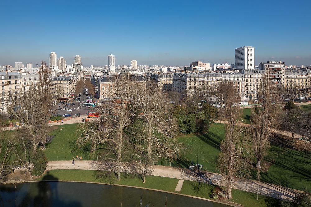 Vue sur Paris depuis le belvédère du parc des Buttes Chaumont // View of Paris from Buttes Chaumont park belvedere
