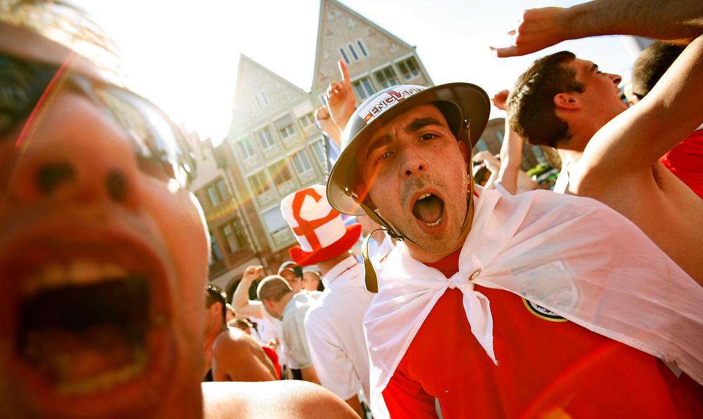 Hanau | Deutschland 10.06.2006:  In der Innenstadt Frankfurts schauen englische Fu&szlig;ballfans das Spiel ihrer Mannschaft gegen Paraguay und feiern nachher den Sieg ihrer Mannschaft.<br /> <br /> hier: Englische Fans feiern den Sieg auf dem R&ouml;mer. Ein Fan tr&auml;gt einen englischen Milit&auml;rhelm aus dem 2. Weltkrieg.<br /> <br /> Sascha Rheker<br /> 20060610<br /> <br /> [Inhaltsveraendernde Manipulation des Fotos nur nach ausdruecklicher Genehmigung des Fotografen. Vereinbarungen ueber Abtretung von Persoenlichkeitsrechten/Model Release der abgebildeten Person/Personen liegt/liegen nicht vor.]