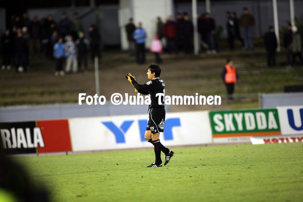 17.10.2010, Stadion, Lahti..Veikkausliiga 2010, FC Lahti - IFK Mariehamn..Jari Litmanen hyv?stelee FC Lahden fanit..©Juha Tamminen.