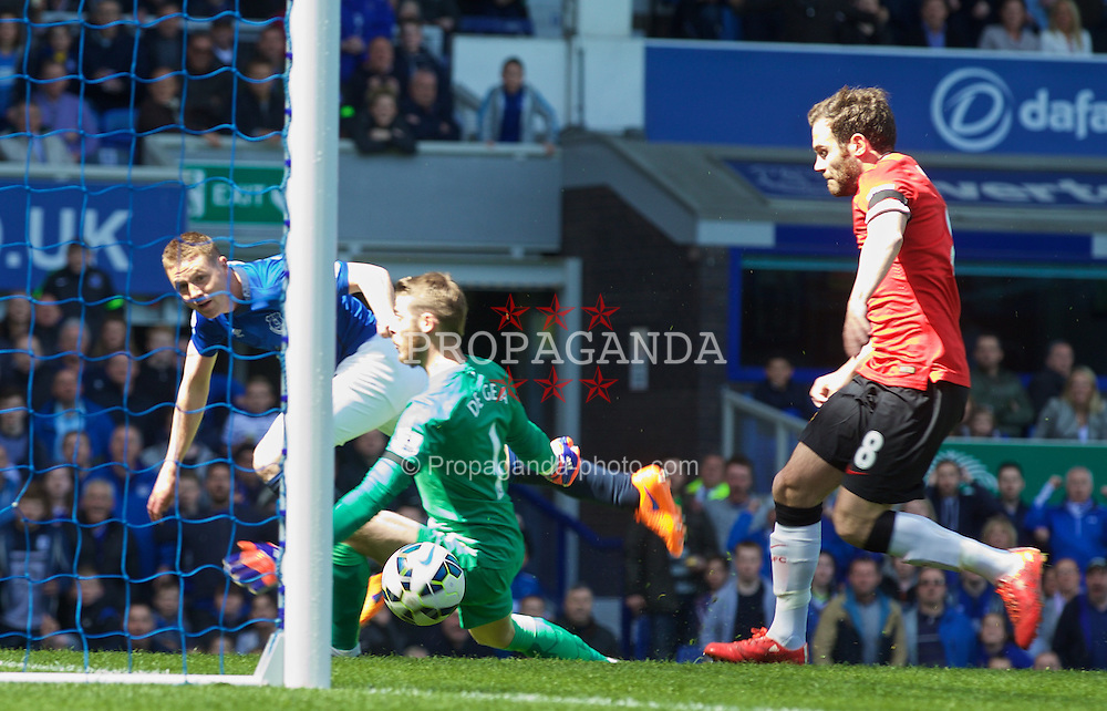 LIVERPOOL, ENGLAND - Sunday, April 26, 2015: Everton's James McCarthy scores the first goal against Manchester United during the Premier League match at Goodison Park. (Pic by David Rawcliffe/Propaganda)