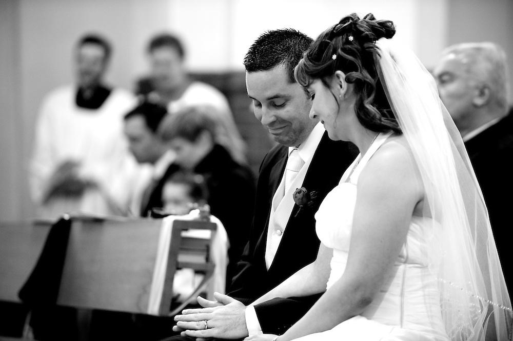 Der Bräutigam hält nach der Trauunszeremonie unter Tränen die Hand der Braut