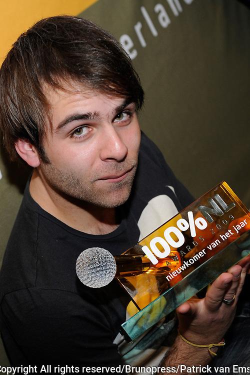 100 procent NL Awards 2010 in de studio van 100procent NL.<br /> <br /> Op de foto:<br /> <br />  Hansen Tomas met de 100% NL award nieuwkomer van het jaar