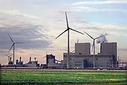 Nederland, Groningen, Eemshaven, 14-10-2018In de Eemshaven wordt door verschillende electriciteitsbedrijven stroom geproduceerd. De grote blauwe centrale van RWE, voorheen Essent, springt het meest in het oog. Links daarvan de centrale van NUON, Vattenfal . Ook GDFsuez, de Eemscentrale,  heeft een productieeenheid . Naast de traditionele centrales staat er ook een windmolenpark met ruim 90 molens. FOTO: FLIP FRANSSEN