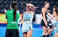 Londen - Delfina Merino (Arg) vraagt om de video umpire.    tijdens de cross over wedstrijd Argentinie-Nieuw Zeeland (2-0)  bij het WK Hockey 2018 in Londen .  COPYRIGHT KOEN SUYK