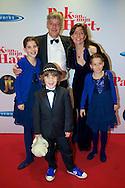 HILVERSUM - In de nieuwe JT Bioscoop is de eerste film 'Pak van mijn Hart' in premiere gegaan. Met hier op de foto Nathan Meeter met zijn vader, moeder en zijn zussen. FOTO LEVIN DEN BOER - PERSFOTO.NU