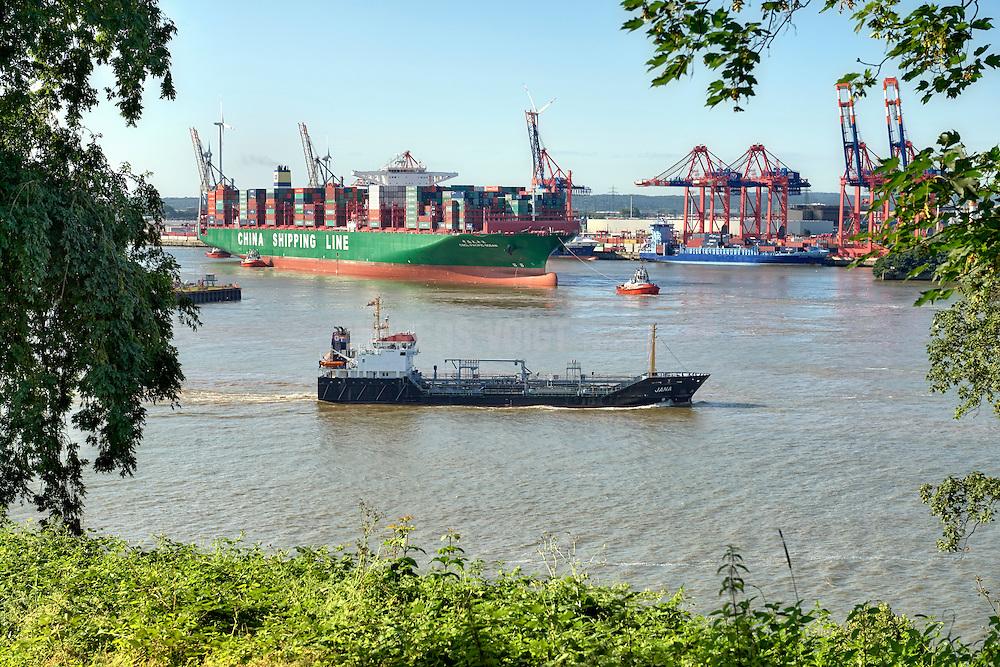 Chemie Tanker Jana und Containerschiff CSCL Pacific Ocean im Hafen Hamburg