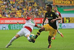 20170930, 1.BL, Bundesliga, FC Augsburg vs BVB Dortmund, WWK Arena Augsburg, Fussball, Sport im Bild:...Jeffrey Gouweleeuw (FC Augsburg) vs Pierre- Emerick Aubameyang (BVB)..*Copyright by:  Philippe Ruiz..Postbank Muenchen.IBAN: DE91 7001 0080 0622 5428 08..Oberbrunner Strasse 2.81475 MŸnchen, .Tel: 089 745 82 22, .Mobil: 0177 29 39 408..( MAIL:  philippe_ruiz@gmx.de ) ..Homepage: www.sportpressefoto-ruiz.de. (Credit Image: © Philippe Ruiz/Xinhua via ZUMA Wire)