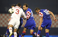 Fussball International, Nationalmannschaft   EURO 2012 Play Off, Qualifikation, Kroatien - Tuerkei       15.11.2011 (v. li., ) Oemer Toprak (Tuerkei) gegen Gordon Schildenfeld (Kroatien) gegen Ivica Olic (Kroatien)